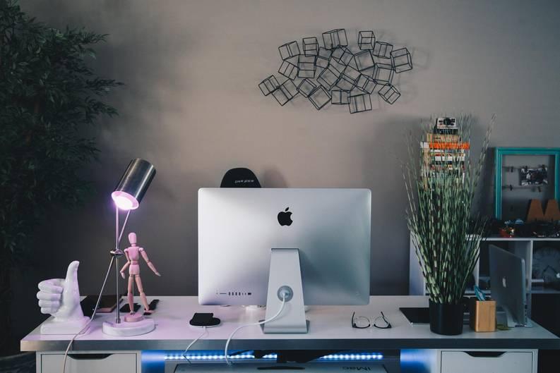 Anonym, 25    Job: Industriedesignerin  Büro  40 Stunden pro Woche, oft projektbezogen Überstunden  3300 Euro brutto  Wert auf der Zufriedenheitsskala von 1 bis 72:35      Ich sitze am PC und zeichne, nine-to-five. Ich bin noch nicht lange genug dabei, um es genau zu beurteilen, aber es scheint bergauf zu gehen in der Branche. Die Richtung ändert sich hin zu Künstlicher Intelligenz, Internet of Things, Virtual Reality. Das hier ist mein erster Job – aber happy bin ich nicht wirklich. Irgendwie beneide ich meine Freunde ein wenig, die alle noch studieren. Da wirkt alles noch so offen. Andererseits bin ich froh über die Erfahrung– und keine unbezahlten Praktika mehr machen zu müssen. Ich habe mir nie so super konkret vorgestellt, wo ich wann in meiner Karriere lande, aber jetzt bin ich hier. Vielleicht mache ich noch einen Master. Ich würde gern noch andere Büros kennenlernen, neue Erfahrungen machen. Es ist nicht so, als würde ich mich langweilen. Aber es wird auf jeden Fall nicht meine letzte Station gewesen sein.
