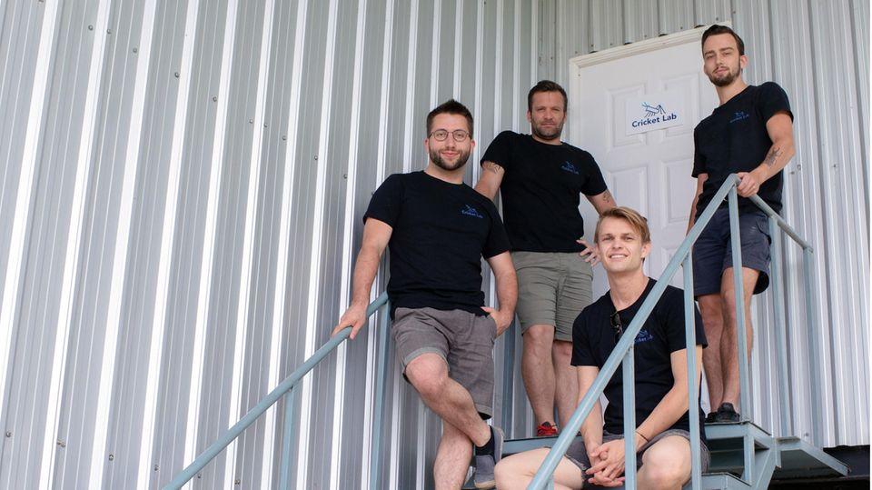 Das Team von Cricket Lab (l-r), Daniel Vach (Tschechien, auch Firma Sens Foods), Nicolas Bery (Frankreich), Radek Husek (Tschechien, auch Firma Sens Foods) und Jesse Williams (Niederlande) stehen vor ihrer Grillenfarm in Chiang Mai, Thailand. In der Fabrik werden Hausgrillen gezüchtet, getrocknet und gemahlen. Das Insektenpulver wird exportiert.