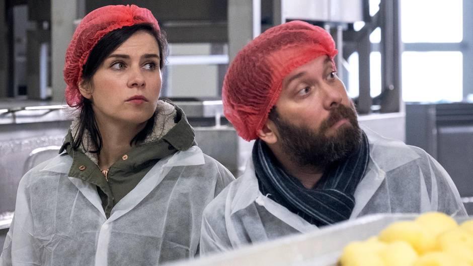Die Kommissare Dorn (Nora Tschirner) und Lessing (Christian Ulmen) ermitteln in einer Kloßfabrik