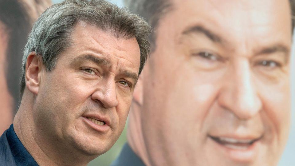 Markus Söder, Ministerpräsident von Bayern, stellt ein CSU-Wahlplakat vor.