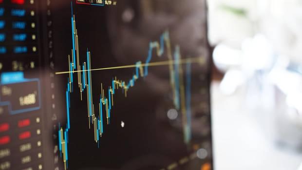 Ein Bildschirm zeigt einen bunten Graphen und einige zugehörige Aktienwerte
