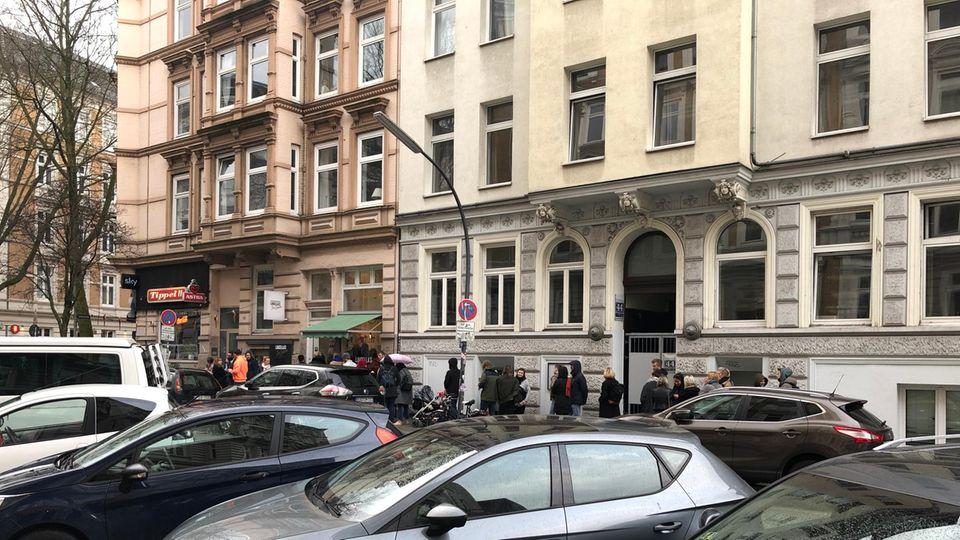 """Auch bei Regen ist die Schlange vor der """"Luicella's""""-Filiale in Hamburg St. Pauli lang."""