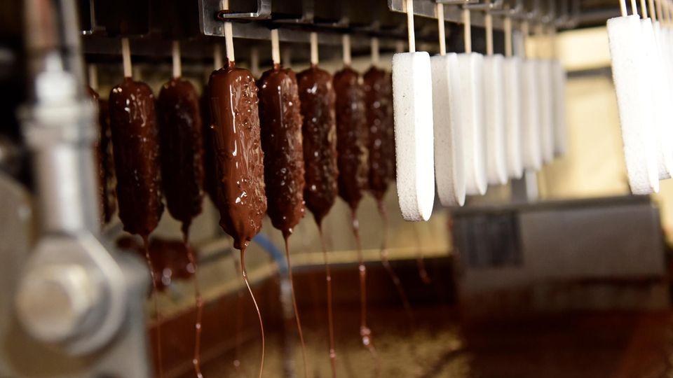 """Stieleis in zwei verschiedenen Sorten ist das neueste Produkt von """"Luicella's"""". Im Bild die Sorte Chai-Latte in der Produktionsstätte."""