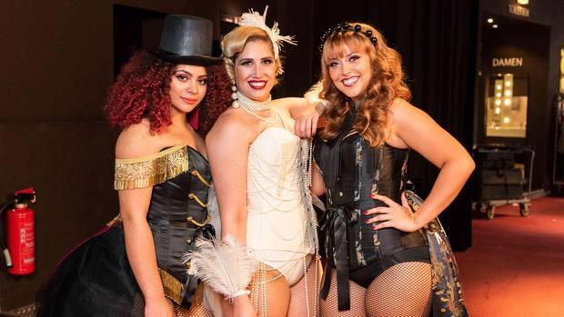 """Ines, Larissa und Jana (v.l.n.r.) beim Shooting zum Thema """"Moulin Rouge"""""""