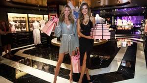 """Die """"Victoria's Secret""""-Engel Martha Hunt (links) und Josephine Skriver bei der Eröffnung eines Flagship-Stores in Hongkong im Juli dieses Jahres. Andernorts macht das Dessous-Label Läden dicht."""
