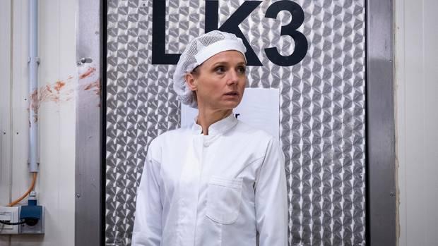Vorarbeiterin Cordula Remda-Teichel (Christina Große) in der Kloßmanufaktur neben der Blutspur des Mordopfers.