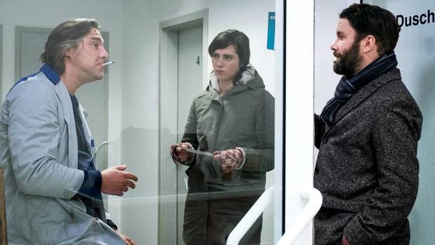 Roland Schnecke (Nicki von Tempelhoff) wird an der Tankstelle von den Kommissaren Dorn (Nora Tschirner) und Lessing (Christian Ulmen) nach Roswita Hassenzahl befragt.