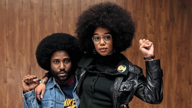Mit Afro-Locken gegen die Rassisten: John David Washington (l.) als Undercover-Ermittler mit seiner Filmfreundin