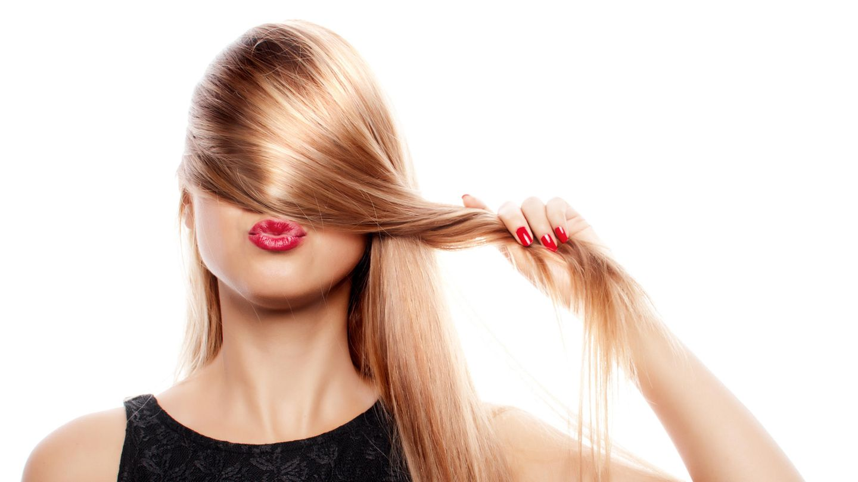 Frau mit glatten Haaren