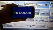 Kunden stehen am Gate von Ryanair