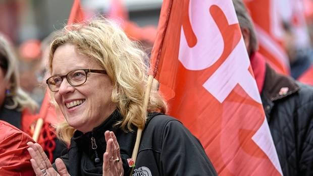 Hoch die Internationale Solidarität! Die SPD-Spitzenkandidatin Kohnen demonstriert am 1. Mai Seit'an Seit'mit den Genossen und denen vom DGB durch Nürnberg. Ganz zufällig – Home of Söder