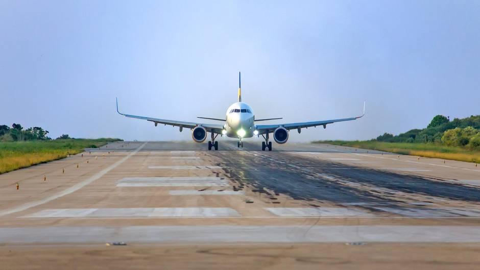 Ein Flugzeug auf der Rollbahn des Flughafen auf Skiathos