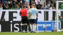 Eine entscheidende Szene des Spiels: SchiedsrichterPatrick Ittrich zeigt dem Schalker Angreifer Guido Burgstaller nach dem Videobeweisdie Rote Karte. Zuvor hatte er nur Gelb gezückt.