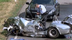 Baden-Württemberg, Wiesloch: Ein zerstörter Oldtimer steht nach einem Unfall auf einer Landstraße