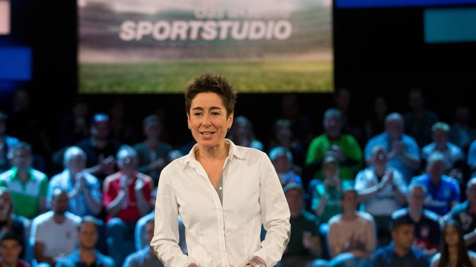 """ZDF-Moderatorin Dunja Hayali steht vor dem Publikum in der Sendung """"Das aktuelle Sportstudio"""" und moderiert"""