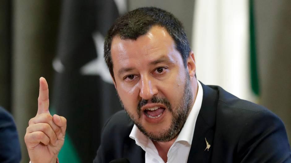 Gegen Italiens Innenminister Matteo Salvini wird ermittelt, weil er Flüchtlinge an Bord eines Schiffes der Küstenwache festhalten ließ