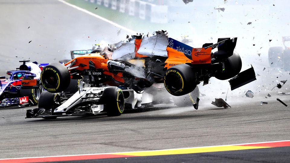 Fernando Alonso fliegt mit seinem McLaren über den Sauber von Charles Leclerc