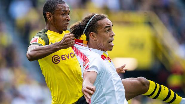 Manuel Akanji und Yussuf Poulsen beackern sich robust