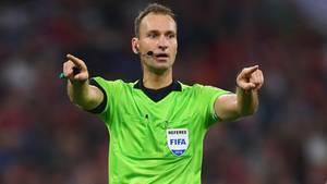 Schiedsrichter Bastian Dankert machte im Eröffnungsspiel der Bayern gegen Hoffenheim das Zeichen für den VAR-Einsatz