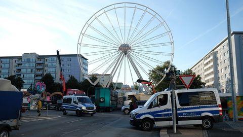 Chemnitz: Ein Polizeifahrzeuge stehen in derInnenstadt vor der Kulisse des abgbrochenenStadtfestes