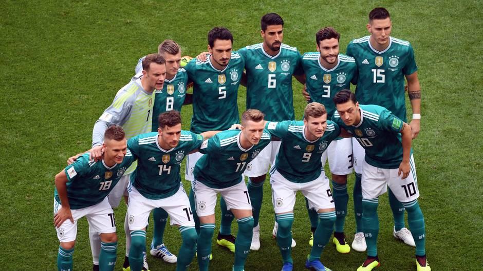 In den grünen Auswärtstrikots posiert die DFB-Elf während der Fußball-WM 2018 für ein Mannschaftsfoto