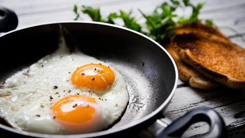 Eier  Eier sind wahre Nährstoffbomben. Sie enthalten Eiweiß, Vitamin A, Vitamin E und Beta-Carotin, Vitamin-K und B-Vitamine sowie Mineralstoffe wie Calcium und Eisen. Ein weiterer Vorteil: sie machen pappsatt.