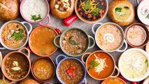 Suppen  Eine große Schüssel Suppe kann über viele Stunden satt machen. Achten Sie darauf, dass die Brühe auf Gemüsebasis ist und nicht mit Sahne oder Schmand gestreckt wird.