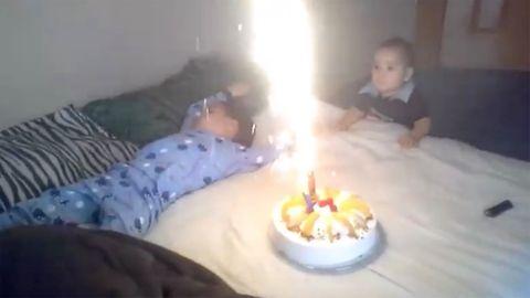 Geburtstag: Kind mit Torte und Feuerwerk geweckt – das endet fast im Desaster