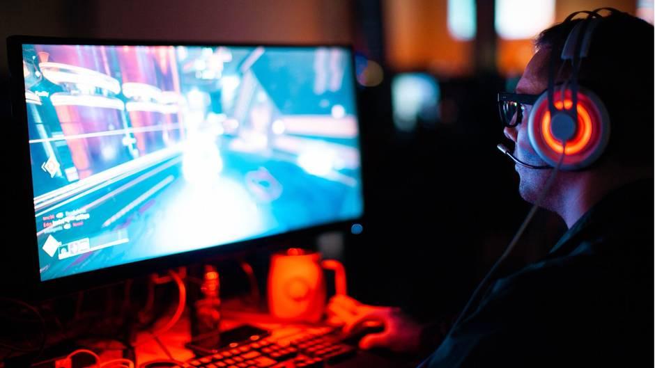 Kann zur gefährlichen Sucht werden: Wer stundenlang vor dem Computer sitzt und auch sonst nur vonseinem Computerspiel redet, sollte dringend etwas ändern.