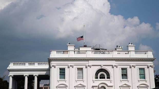 Die amerikanische Nationalflagge weht auf dem Weißen Haus auf halbmast für John McCain