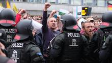 Polizei in Chemnitz trennt rechte und linke Demonstranten