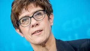 """""""Wir müssen die Normalbürger in der Mitte entlasten"""": Annegret Kramp-Karrenbauer, Generalsekretärin der CDU"""