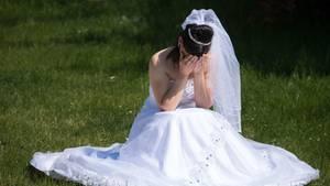 Eine traurige Braut, die sitzen gelassen wurde