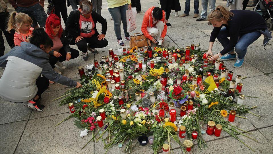 Menschen gedenken in Chemnitz des getöteten Daniel H.