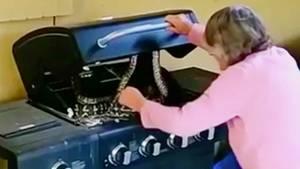 Australien: 81-Jährige findet zwei Pythons auf ihrem Grill - und greift resolut ein
