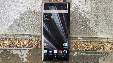 Das Display des Sony Xperia XZ3 bedeckt nahezu die ganze Front