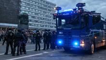 Ein Wasserwerfer und beamte der Polizei am Rande einer Demonstration am Karl-Marx-Monument in Chemnitz