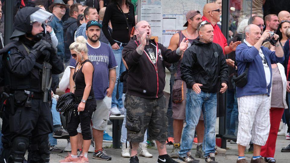 Rechte Protestler am Karl-Marx-Monument in Chemnitz