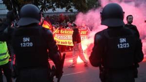 Am Montagabend konnten 600 Polizisten nur mit Mühe 6000 Demonstranten aus dem rechten Spektrum im Zaum halten