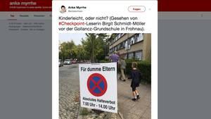 Ein selbstgebautes Halteverbotsschild auf einem Bürgersteig in Berlin