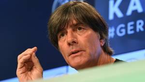Bundestrainer Joachim Löw steht auf der Pressekonferenz Rede und Antwort