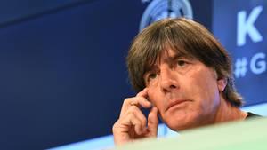 Fußball-Bundestrainer Joachim Löw sitzt auf dem Podium bei der Pressekonferenz in der Allianz-Arena in München