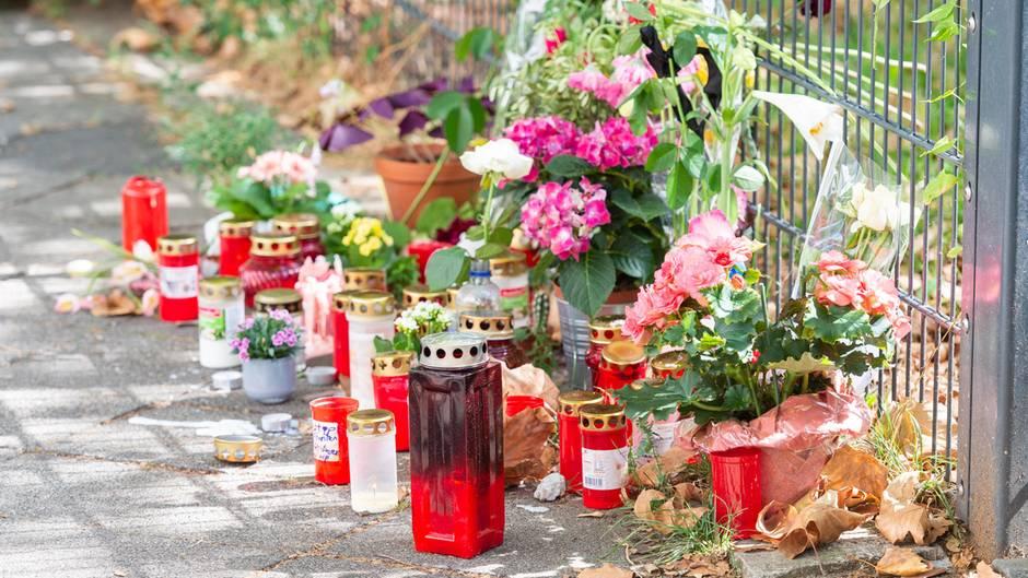 Düsseldorf: Am Tatort, an dem eine 36-jährige Frau erstochen wurde, liegen Blumen und Kerzen.