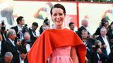 Schauspielerin Claire Foy wählte eine praktische Kreation von Valentino: Zum pinken Kleid gibt es eine Kuscheldecke - für den Fall, dass der Trägerin kalt werden sollte.