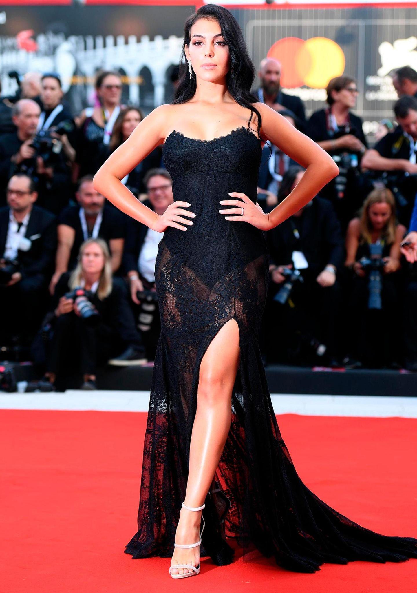 Fußballstar Cristiano Ronaldo spielt seit dieser Saison für Juventus Turin, da darf seine Freundin Georgina Rodriguez auf dem Filmfest in Venedig nicht fehlen. Die 24-Jährige posierte im schwarzen Spitzenkleid auf dem roten Teppich.