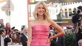 Diese Falten trägt jeder gern: Schauspielerin Naomi Watts im pinken Designerkleid von Armani Privé