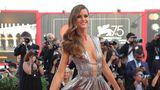 Model Izabel Goulart ist die Verlobte des deutschen Nationaltorhüters Kevin Trapp. In Venedig musste sie jedoch allein über den roten Teppich laufen und begeisterte in einersilbernen Robe von Alberta Ferretti.