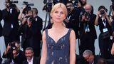 Etwas bieder wirkte der Auftritt von SchauspielerinClémence Poésy. Die Französin trug ein knielanges Tweed-Kleid von Erdem.