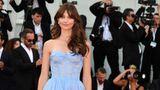 Annabelle Belmondo ist die Enkelin vonWeltstar Jean Paul Belmondo und arbeitet als Model. In Venedig zog siein einem himmelblauen Chiffon-Kleid alle Blicke auf sich.