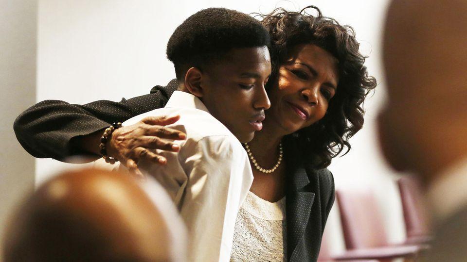 USa: Anwältin Faith Johnson tröstet den großen Bruder des Toten